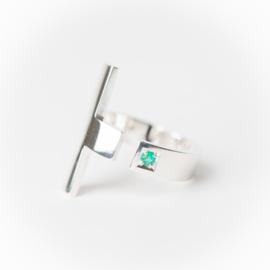 Zilveren kruisring met smaragd