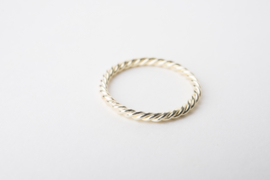 Geelgouden ring van torsdraad