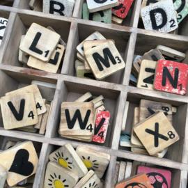 Houten scrabbel letters