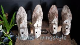 Houten  schoenen mal op standaard
