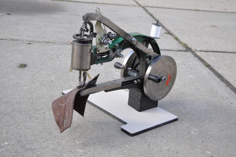 Ledernähmaschine links- und rechtshändig