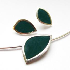 Zilveren hanger aan omega collier en oorstekers ingelegd met donkergroen nubuckleer