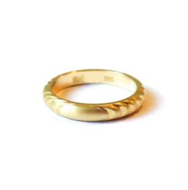 Gouden ring met houtnerf structuur