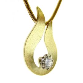 Gouden hanger met diamant aan gouden slangencollier