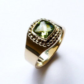 Gouden ring met parelrand en checkerboard peridot