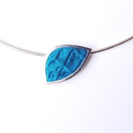 Zilveren hanger ingelegd met turkooiskleurig leer aan omega collier