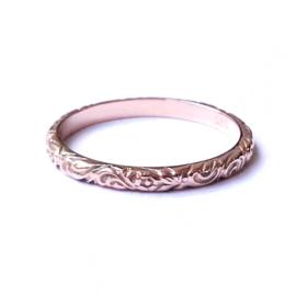 Roodgouden ring met bewerkte band
