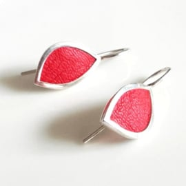 Zilveren oorhangers met rood leer