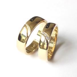 Gouden trouwringen met diamanten