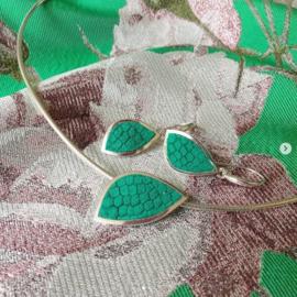 Zilveren sieradenset van hanger aan collier met bijpassende oorhangers