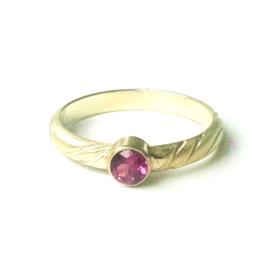 Gouden ring met purple garnet