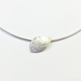Zilveren hanger aan omega collier