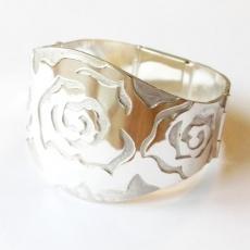Zilveren armband met rozenpatroon en klapslot