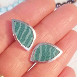 Zilveren oorstekers ingelegd met (donker)turkooiskleurig leer