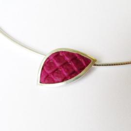 Zilveren hanger ingelegd met violet kleurig leer aan omega collier