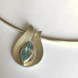 Zilveren tulp hanger met markies geslepen topaas aan collier