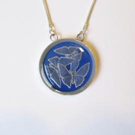 Zilveren hanger met blauw titanium en geslepen vlinders