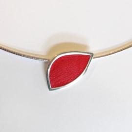 Zilveren hanger ingelegd met rood leer aan omega collier