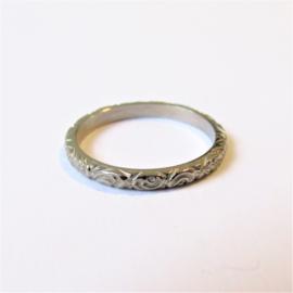 Witgouden ring met bewerkte band