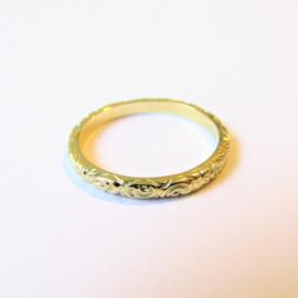 Gouden ring met bewerkte band