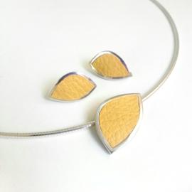 Zilveren hanger met leer aan omega collier