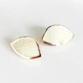 Gouden oorstekers ingelegd met cremekleurig leer