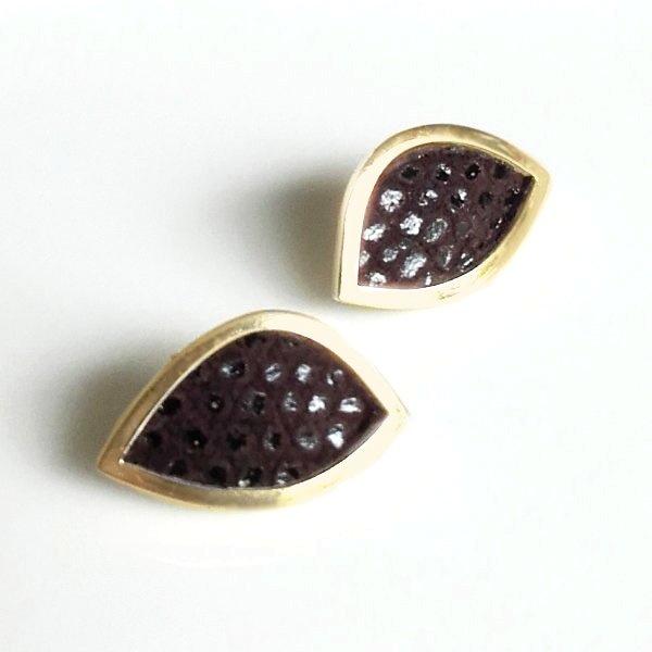 Gouden oorstekers met bruin gestipt leer