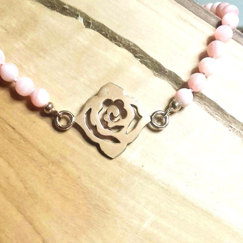 Roodgouden roos met roze parelmoer collier