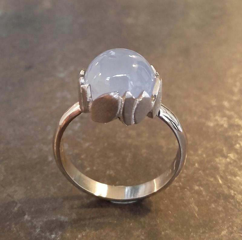 Witgouden ring met chalcedoon