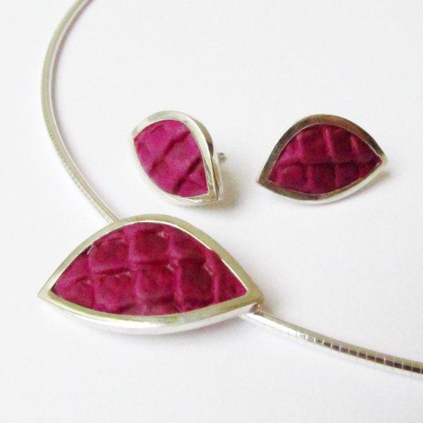 Zilveren sieradenset van hanger en oorstekers ingelegd met violet kleurig leer