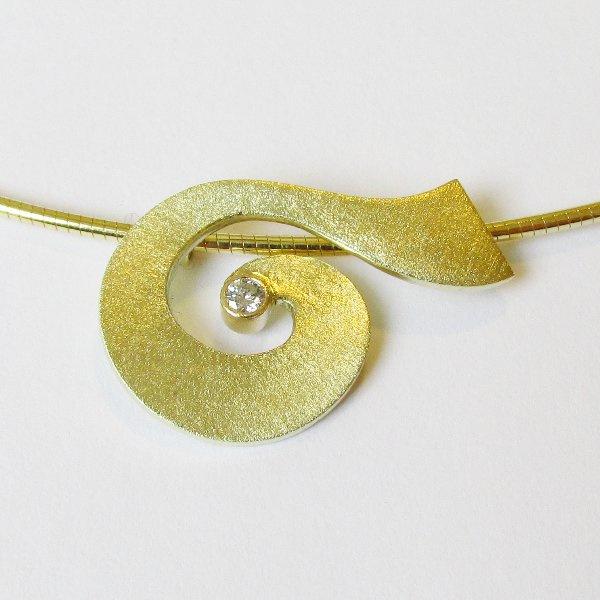 Gouden hanger met diamant aan gouden omegacollier