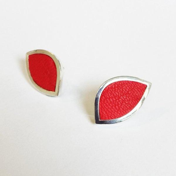 Zilveren oorstekers rood gladleer