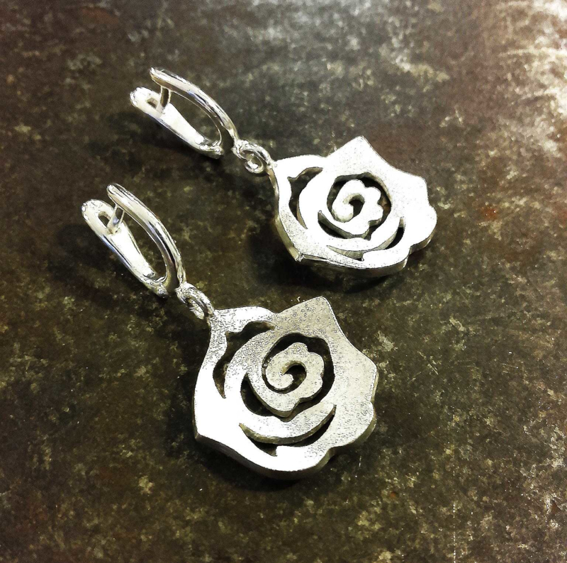 Zilveren roos oorhangers