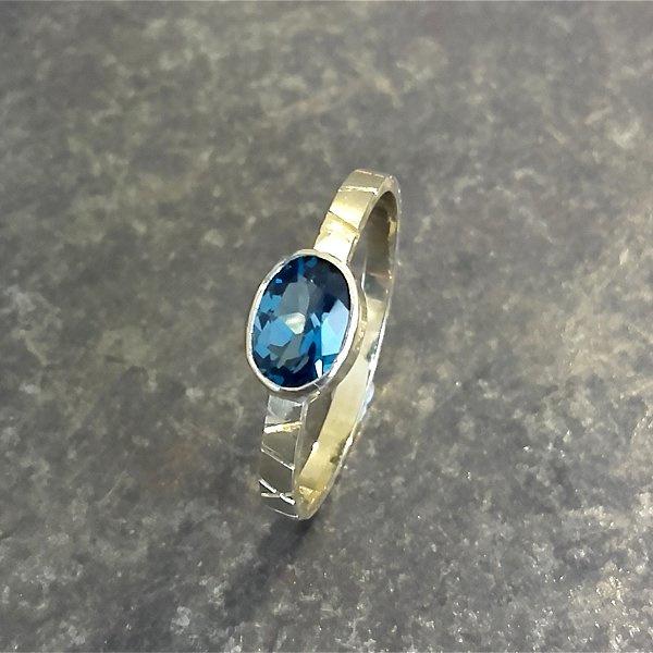 Gouden ring met London Blue topaas