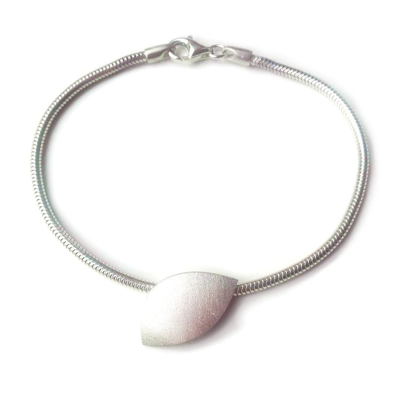 Zilveren armband met gematteerd sierdeel