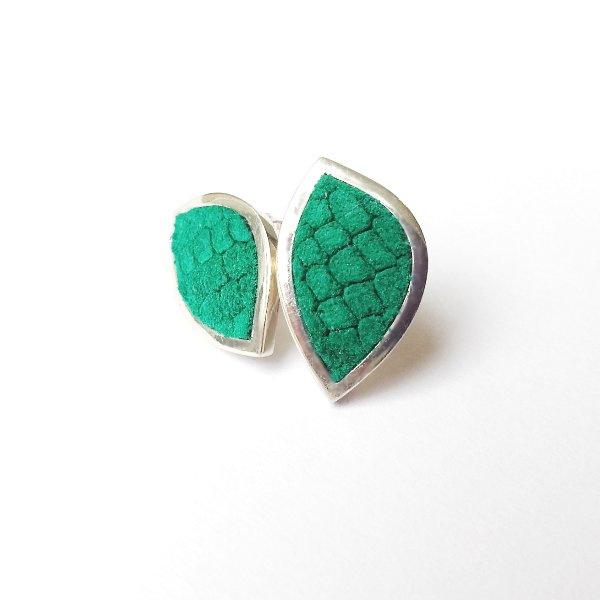 Zilveren oorstekers groen gestempeld leer