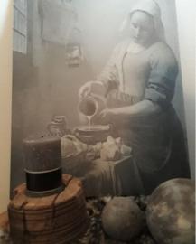 Schilderspaneel melkmeisje in grijstinten