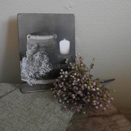 Bordje met kruik, bloemen, kaarsje