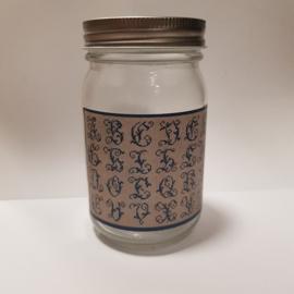 Glazen pot met alfabet