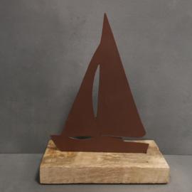 Zeilbootje roest op houten standaard
