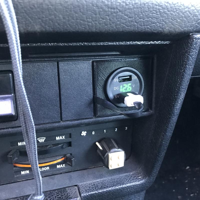 3D printed bracket voor USB poorten Volvo 240