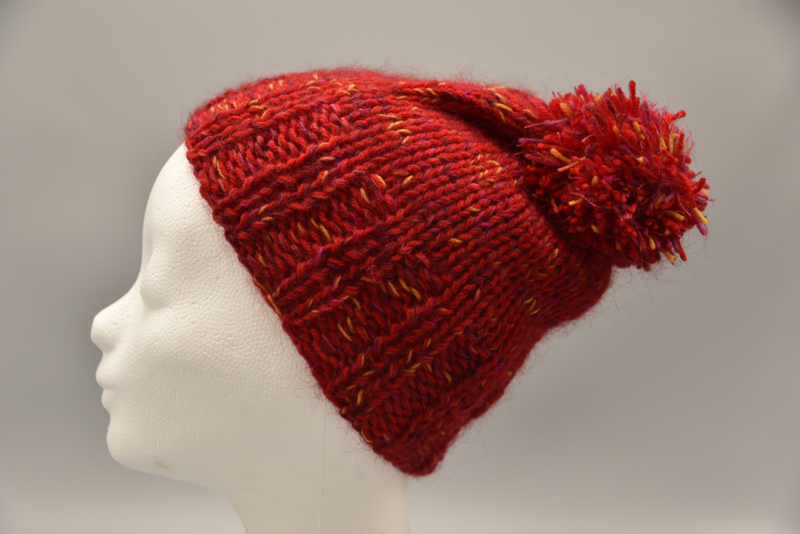 Kindermuts in rood tweed, met pompom