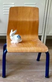 Vintage houten schoolstoeltje, blauwe pootjes