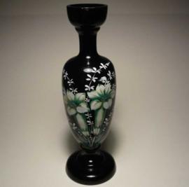 Zwart opaline vaasje, bloemen (lelies)