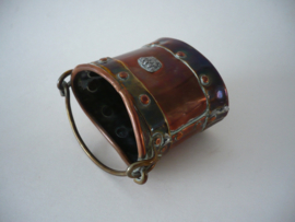 Antiek koperen hengsel bakje met een kroontje
