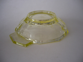 Schaaltje uraniumglas, een oplichtend glas
