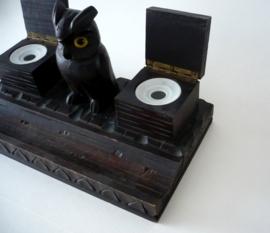 Inktstel van hout, een uil, inktpotjes van porselein