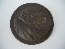 Plaquette brons-messing, hond, monogram H.D.