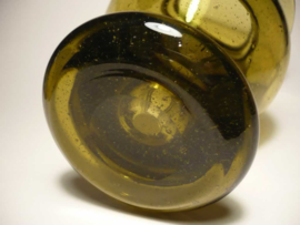 Mosgroen glazen vaas met luchtbelletjes