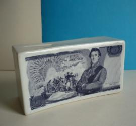 Spaarpot in de vorm van een stapel bankbiljetten